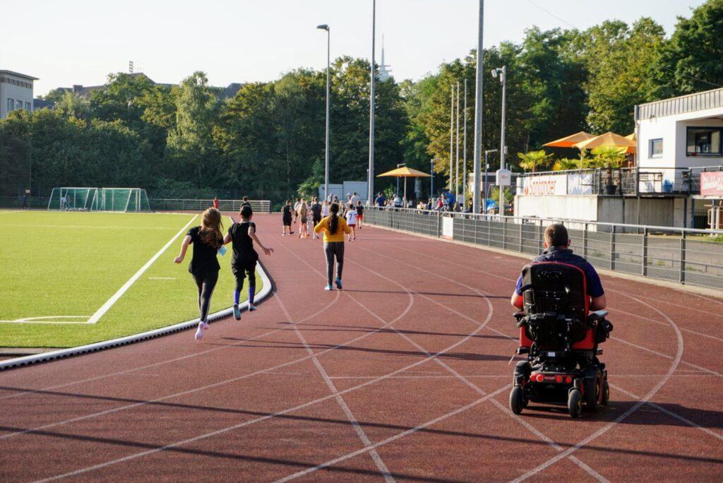 Teilnehmer am Spendenlauf laufen Runden