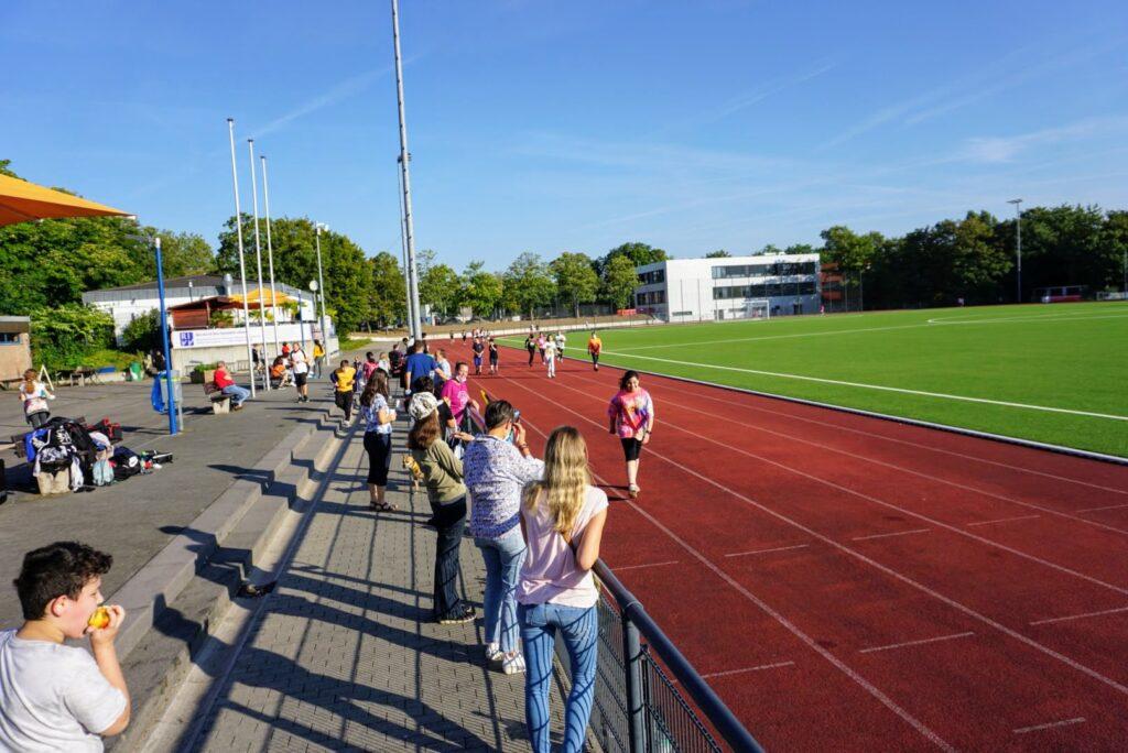 Schülerinnen und Schüler laufen Runden beim Spendenlauf 2021